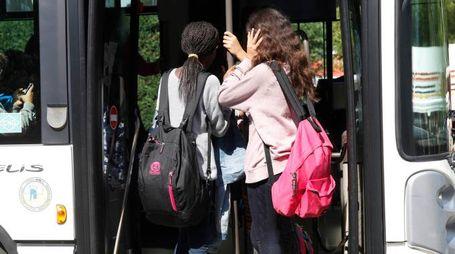 Ragazze entrano in autobus (foto archivio)
