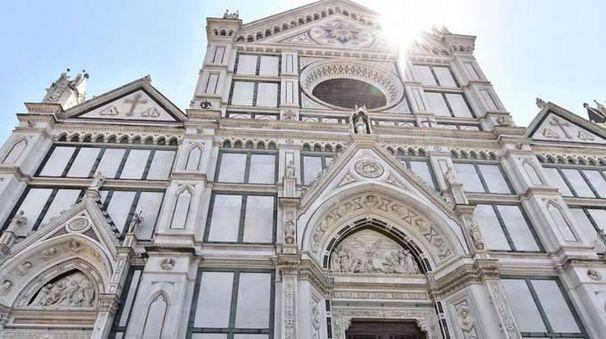 Cade pietra in S.Croce, morto turista
