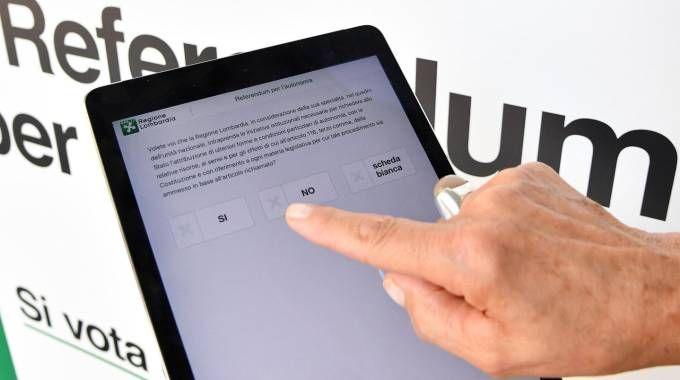 Debutta il voto digitale per il referendum del 22 ottobre (Ansa)