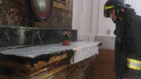 I vigili del fuoco all'interno della chiesa del Sacramento