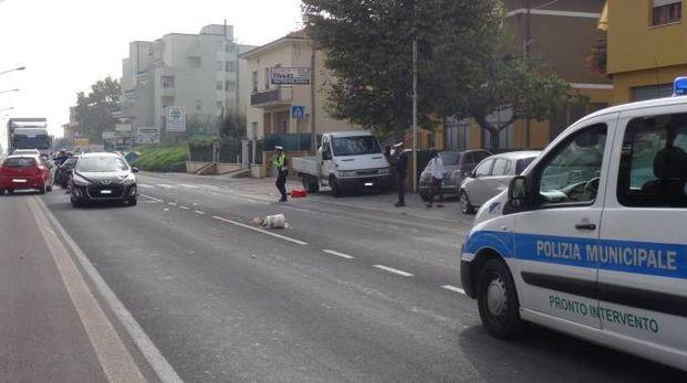 Ambulanza del 118 e Polizia locale in via Pisacane