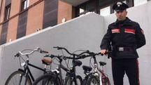 Alcune delle biciclette rinvenute dai militari al parco 22 aprile dopo i fuggi fuggi degli stranieri
