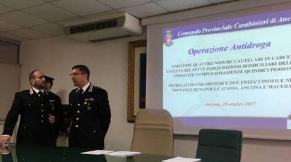 I carabinieri illustrano l'operazione antidroga