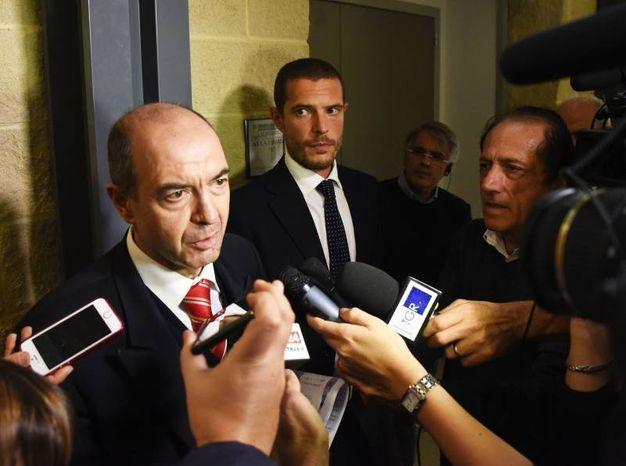 Gli avvocati all'uscita dal tribunale (foto Migliorini)