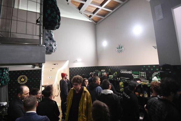 L'inaugurazione del negozio all'incrocio tra le vie Indipendenza e Ugo Bassi (Foto Schicchi)