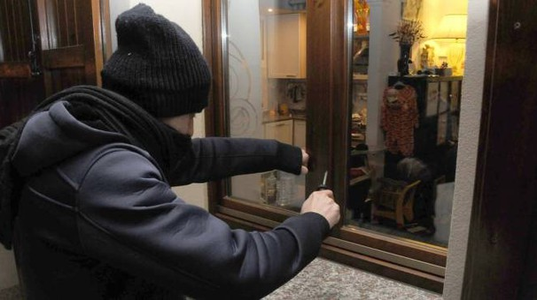 SCASSINATORI I malviventi avrebbero agito in via Aldo Moro, in via Costa e nella zona di via del Molino: entrano nelle case forando gli infissi e sfilando le serrature