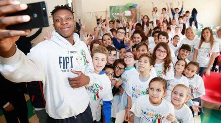 David Okeke con la scolaresca di Torino