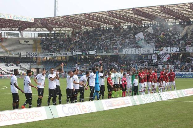 L'ingresso delle squadre in campo (foto Ravaglia)