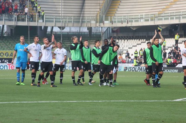 Il saluto alla curva dei giocatori del Cesena (foto Ravaglia)