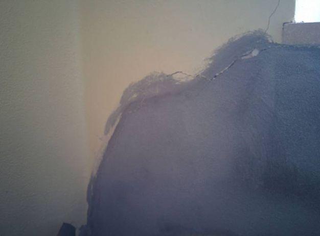 Rattoppi sui muri (foto Petrelli)