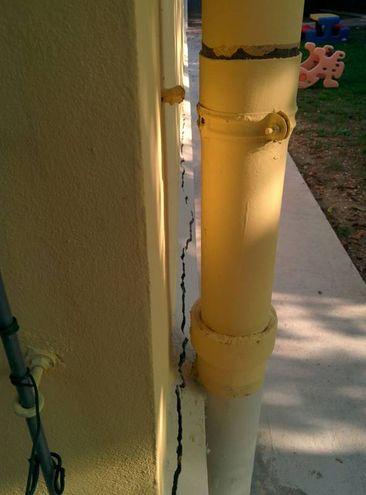 Crepe anche all'esterno dell'edificio (foto Petrelli)