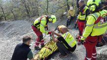 L'uomo ferito con i tecnici del soccorso alpino