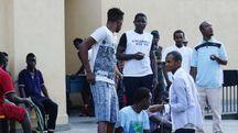 Alcuni immigrati in una cittadella gestita da un'organizzazione religiosa