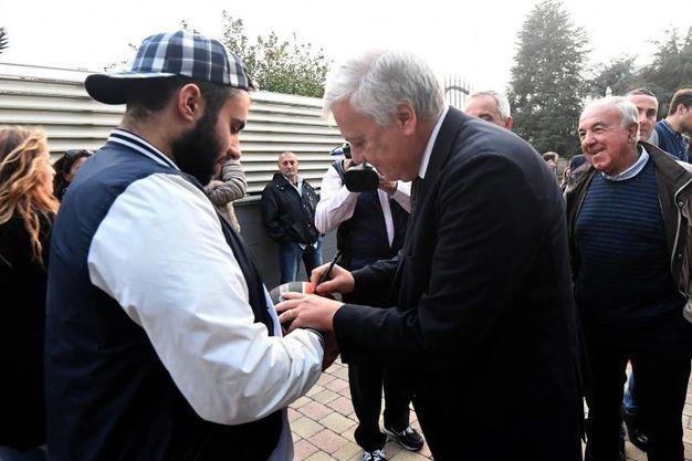 Presidente onorario della Fondazione Fortitudo Galletti con un tifoso (foto Schicchi)