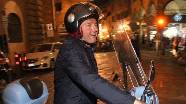 Matteo Renzi lascia Palazzo Vecchio in Vespa (foto Umberto Visintini/New Pressphoto)