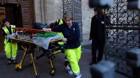 I soccorritori all'uscita della basilica di Santa Croce