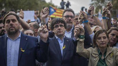 Carles Puigdemont alla manifestazione di Barcellona (Ansa)