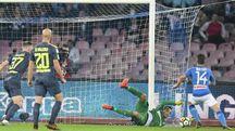 Handanovic in azione durante la partita contro il Napoli