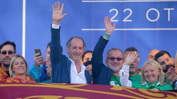 I presidenti della Regione Lombardia Roberto Maroni e della Regione Veneto Luca Zaia (Ansa
