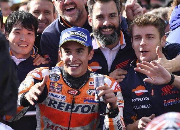 Marquez festeggia con il suo team (Ansa)