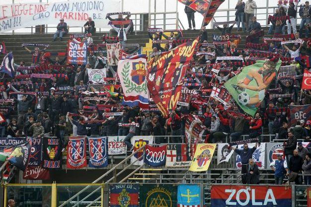 I tifosi del Bologna allo stadio Atleti Azzurri d'Italia di Bergamo (foto LaPresse)