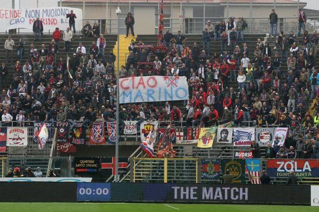 Lo striscione per Perani, nato a Bergamo e per 14 anni rossoblù (foto LaPresse)