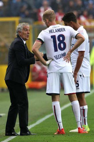 Donadoni spiega la manovra a Helander (foto LaPresse)