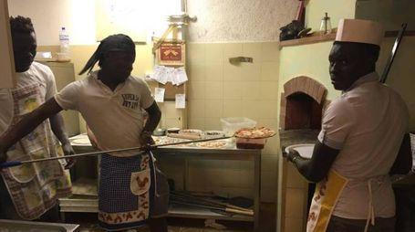 I migranti fanno la pizza