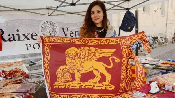 'Raixe Veneto' e la bandiera col leone di San Marco (foto Donzelli)