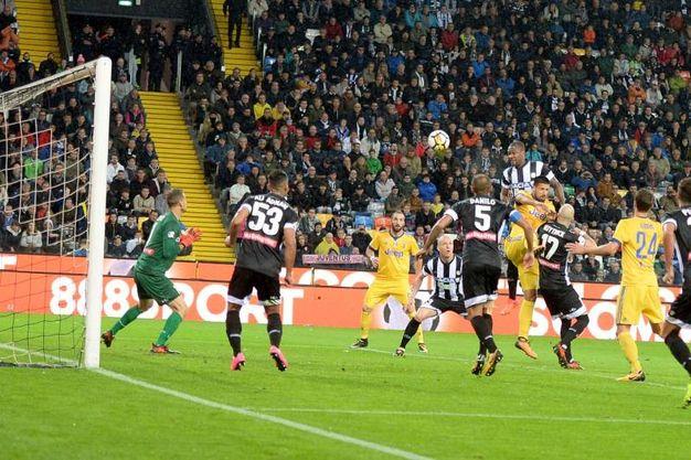 Udinese-Juventus 1-2, autogol di Samir (LaPresse)