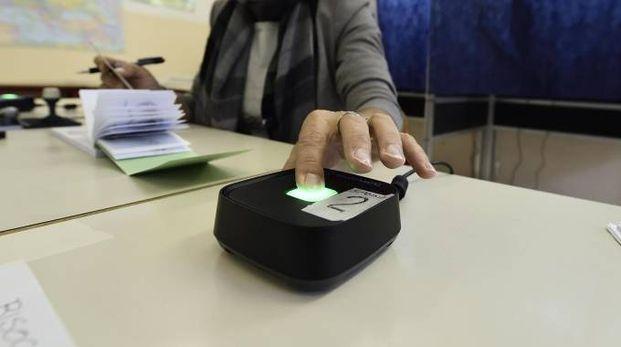 La votazione a un seggio per il referendum (Ansa)