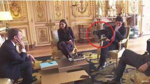 Il cane di Macron fa la pipì sul camino