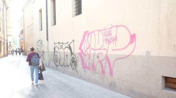 Le scritte apparse sui muri in via Cairoli (Frasca)