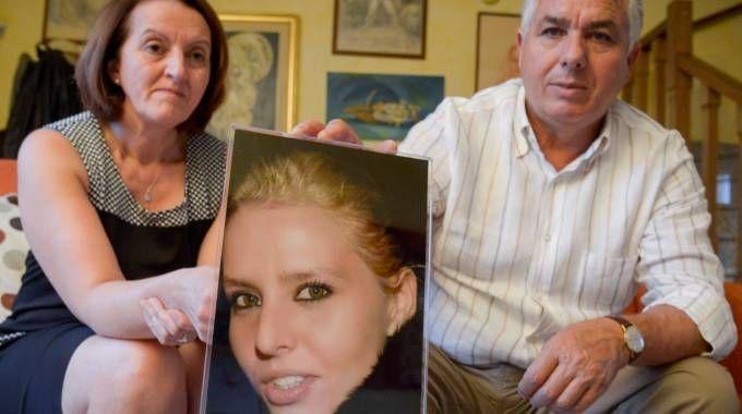 Carmelina e Rosario Costanza con una foto della figlia uccisa