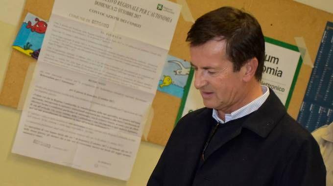 Giorgio Gori mentre vota per il referendum
