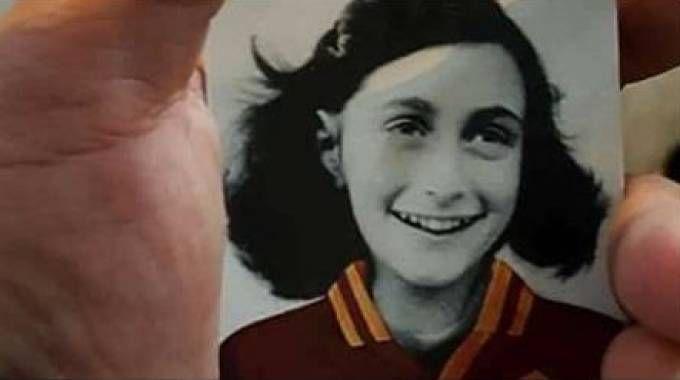 L'adesivo di Anna Frank con la maglia della Roma - Dire
