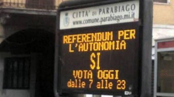 La scritta per il referendum sui display Parabiago