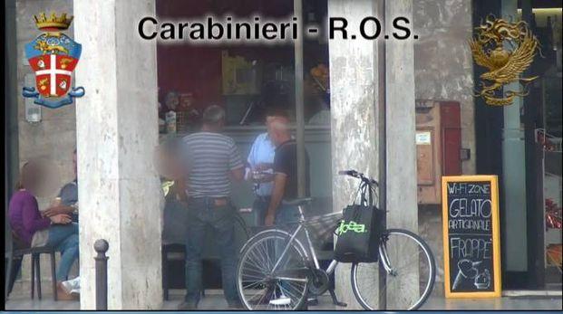 Gli arrestati al bar mentre i carabinieri li riprendono