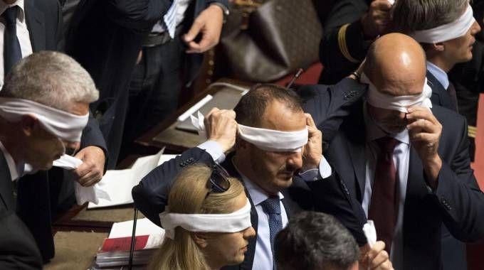 La protesta del M5s dopo la richiesta della fiducia sul Rosatellum in Senato (Ansa)