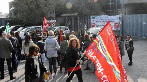 Lo sciopero davanti alla Canali di Carate