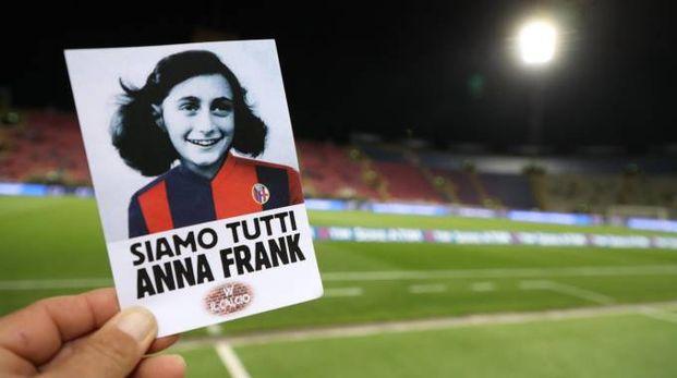 La cartolina di Anna Franck in rossoblù distribuita allo stadio