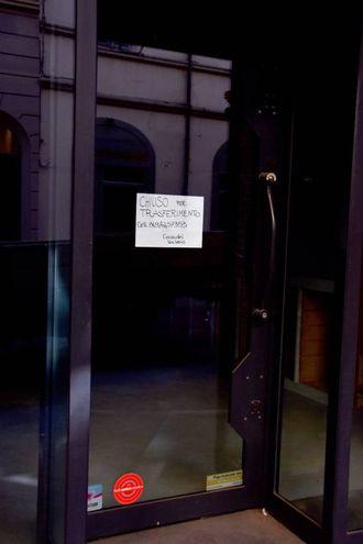 Un cartello di avviso traferimento (foto Fantini)