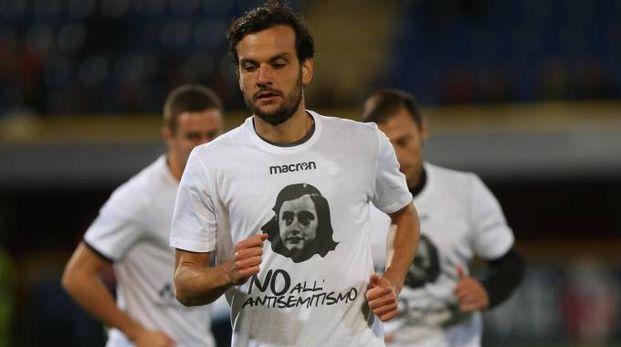 Marco Parola si scalda prima del match: indossa la maglia con il volto di Anna Frank