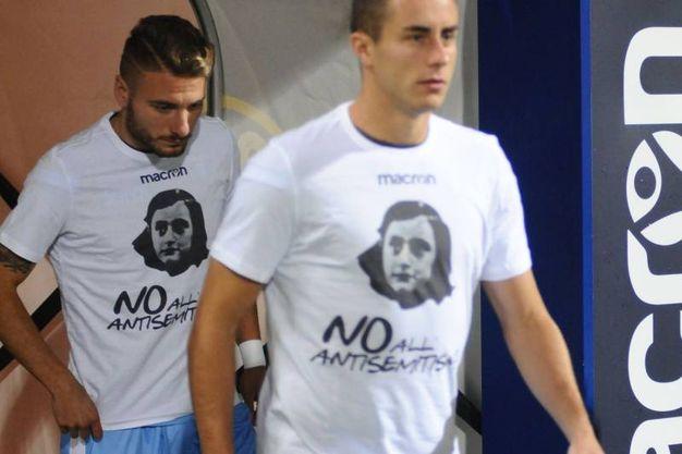 I giocatori della Lazio si sono scaldati con la maglia di Anna Frank (Ansa)