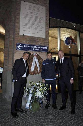 La Lazio ha deposto una corona alla lapide dell'allenatore ebreo Weisz (Ansa)
