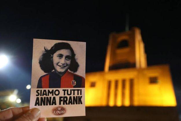Fuori dallo stadio distribuite foto di Anna Frank in colori rossoblù (Ansa)