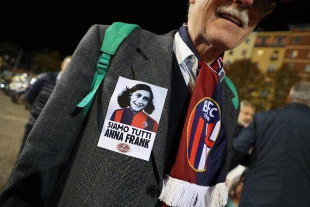 Le foto di Anna Frank con la maglia rossoblù (Ansa)