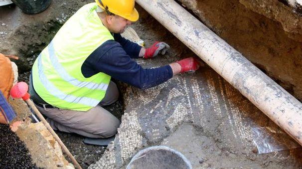 Una parte del mosaico romano venuto alla luce in via Strinati durante i lavori di Hera