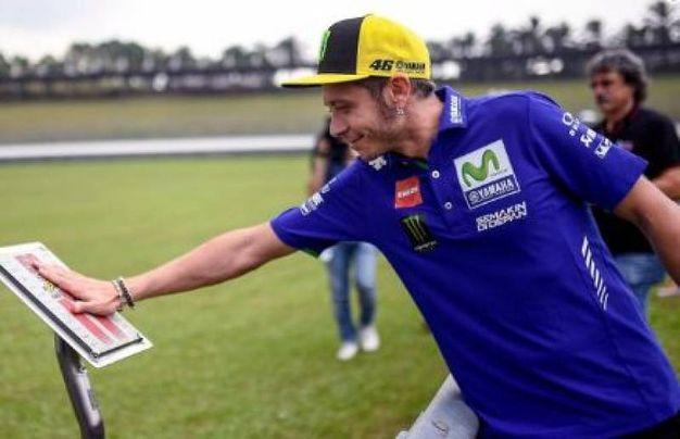 La carezza di Valentino Rossi per Sic (da Twitter)