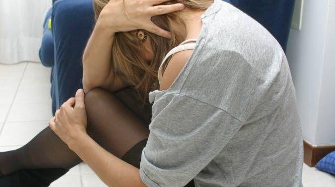 Una ragazza dopo una violenza (foto repertorio)